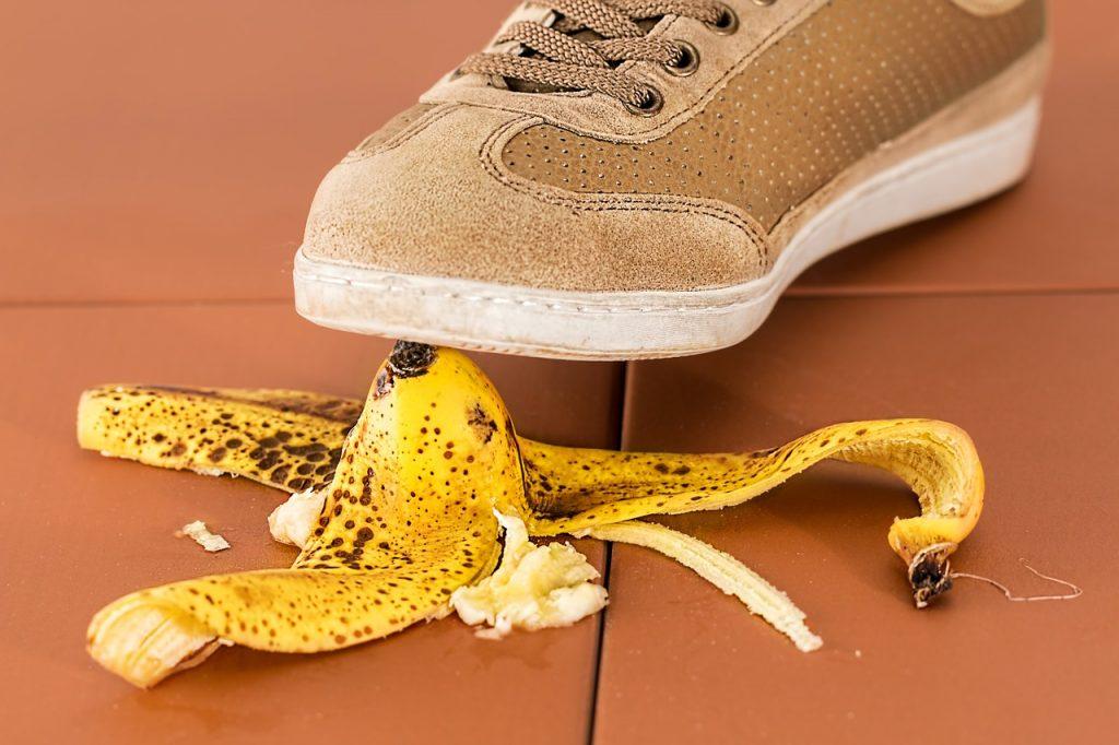 resbalón con cáscara de plátano