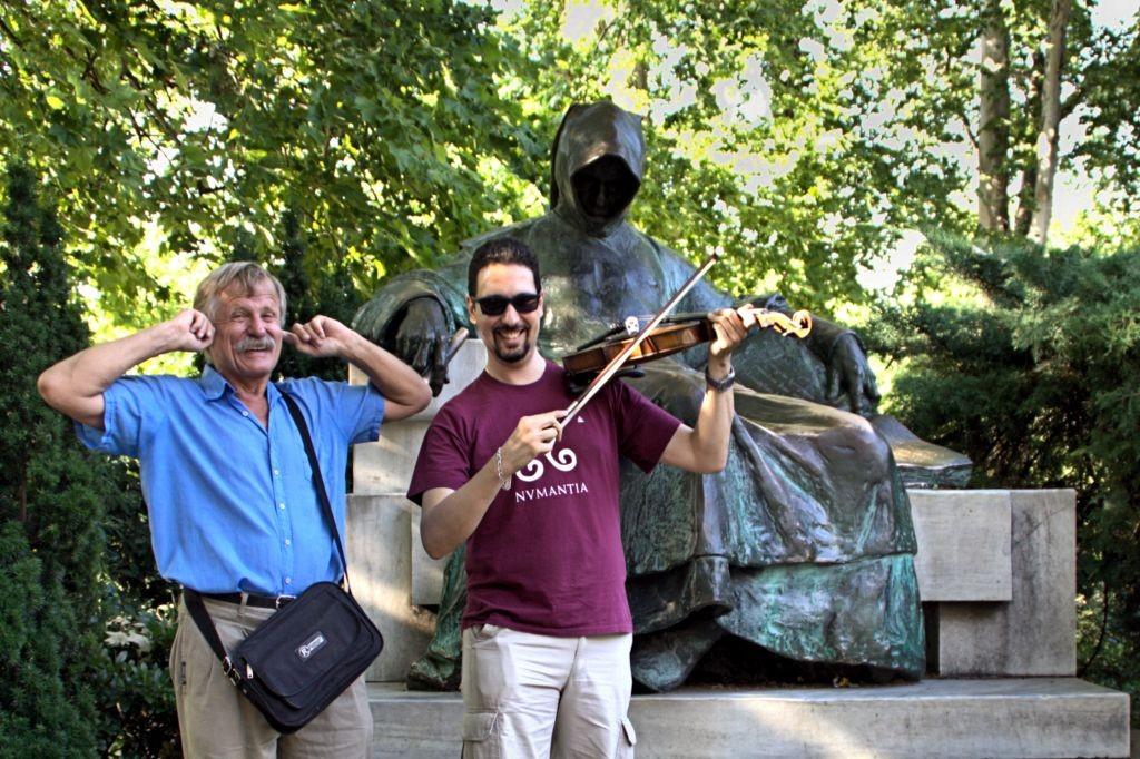 Tocando el violín en Budapest