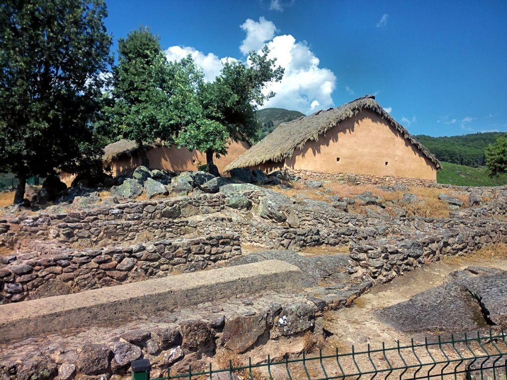 Casa reconstruida del castro celta de El Raso