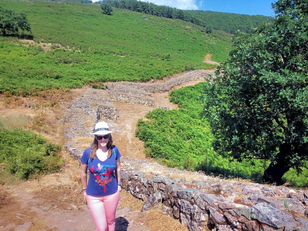 mapaymochila en la muralla del castro celta de El Raso