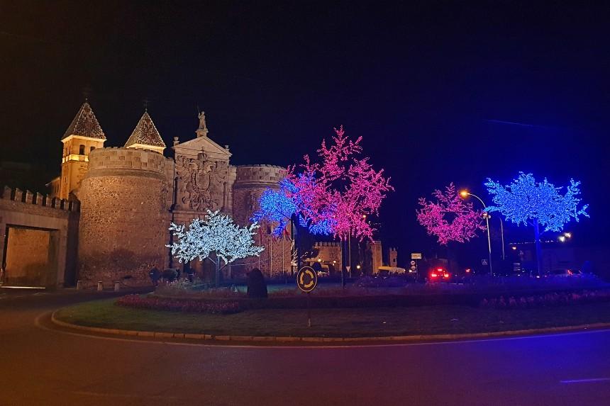 Puerta de la Bisagra en Toledo con luces de Navidad
