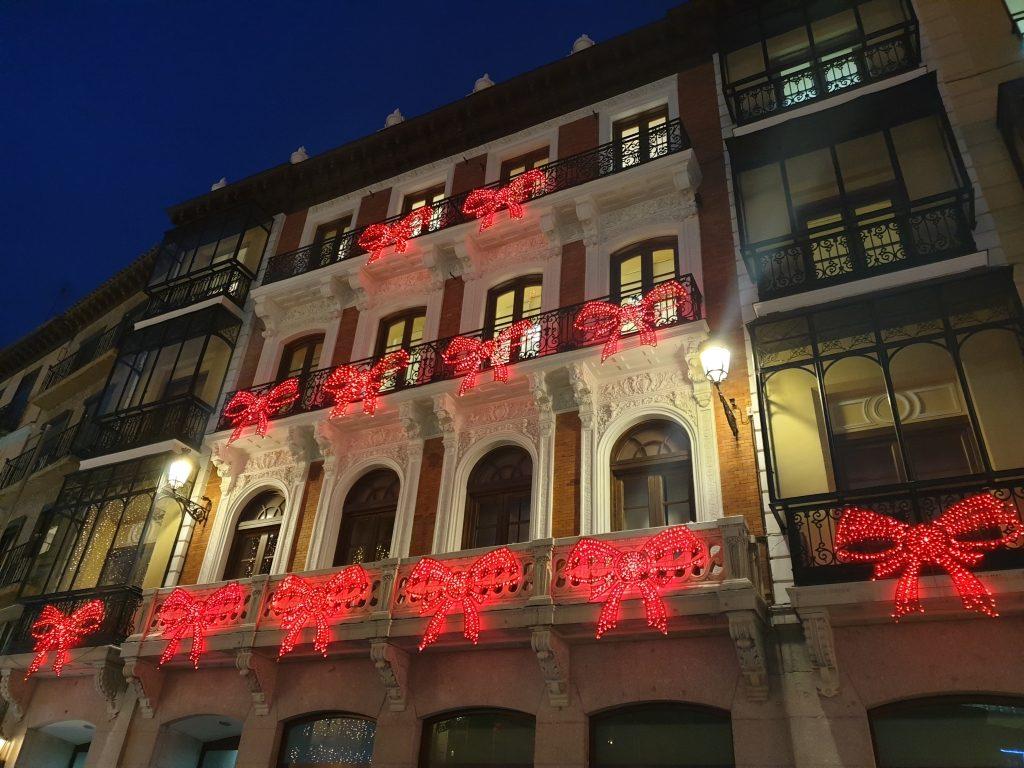 Edificio de Toledo con luces de Navidad