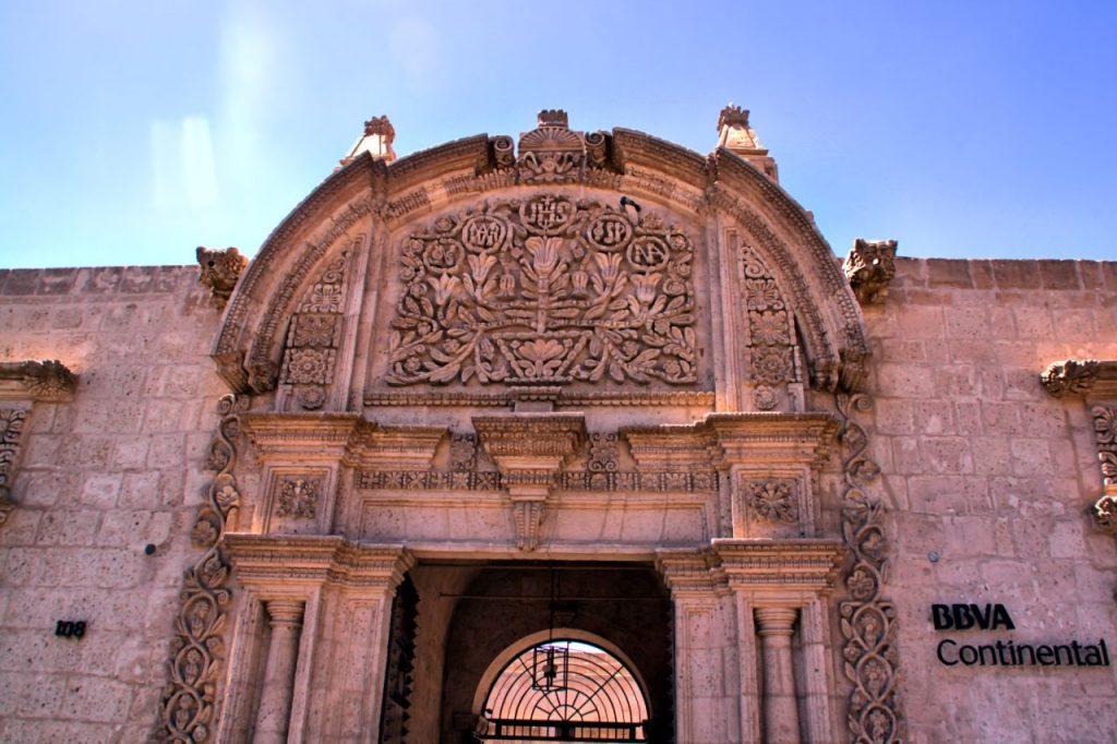 En Arequipa también hay bancos en edificios tan chulos como este...