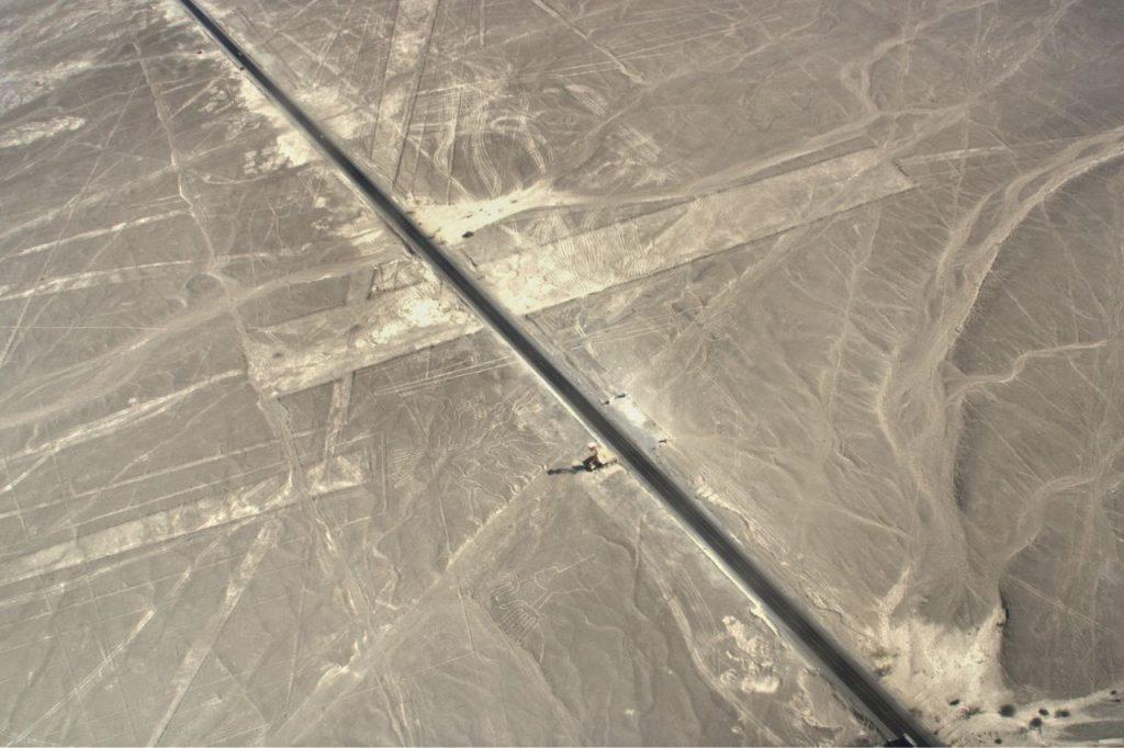 La carretera Panamericana cruza las líneas de Nasca... ¡¡nunca mejor dicho!!