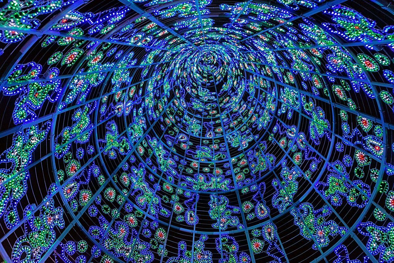 Interior de un arbol de navidad en Madrid