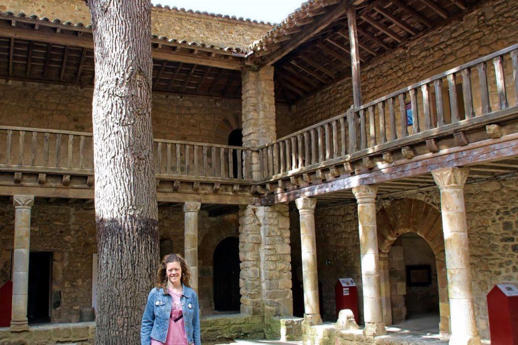 Patio de la abadía de Lagrasse