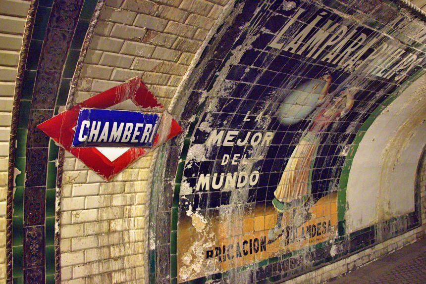 Publicidad en la estación de Chamberí