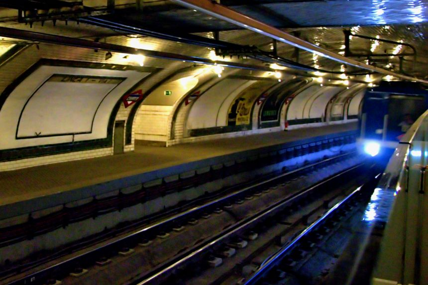 Tren a su paso por la estación fantasma