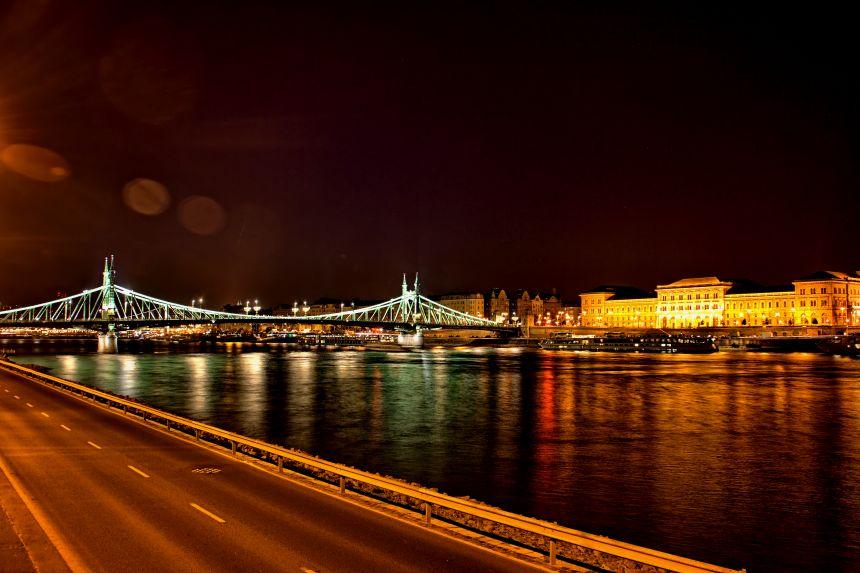 Orilla del Danubio de Noche