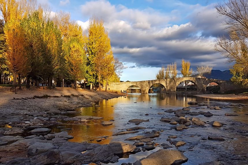 Puente románico de Navaluenga en otoño