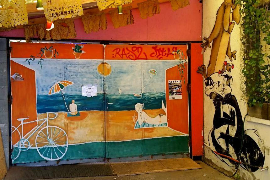 Entrada al bar ruina EllátóKert & Taqueria