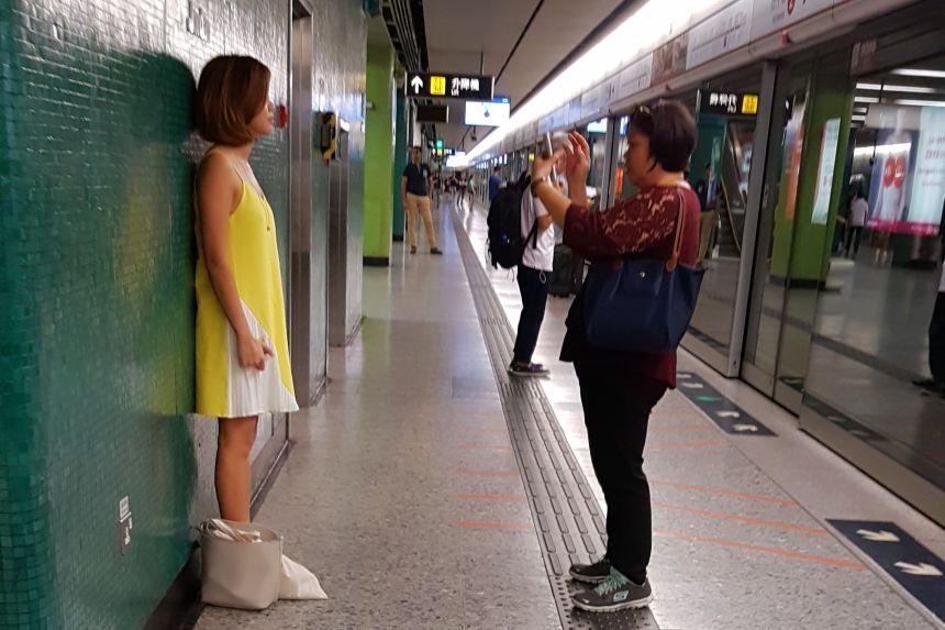 haciendo una foto en el metro de Beijing