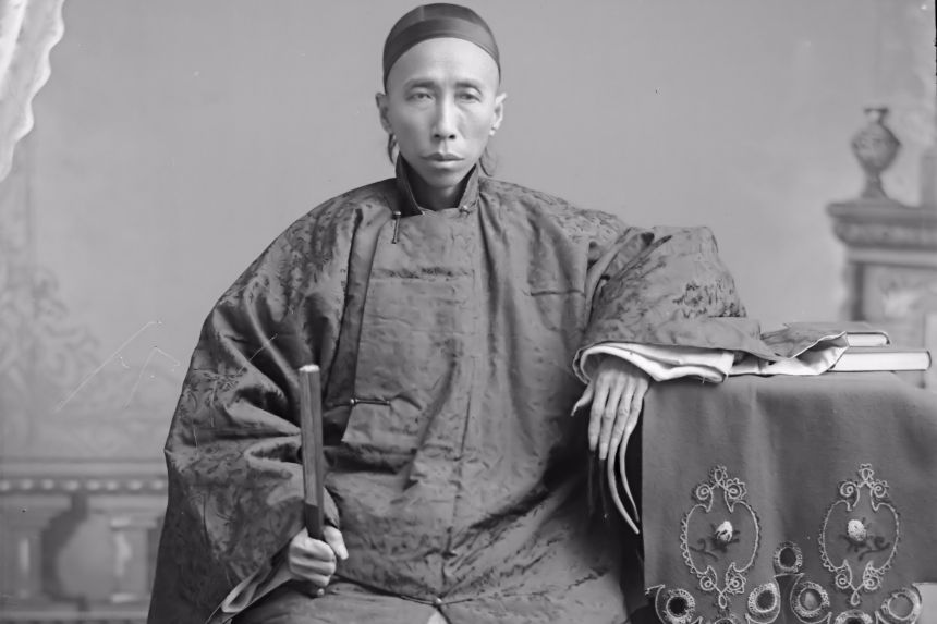 medico chino con uñas largas