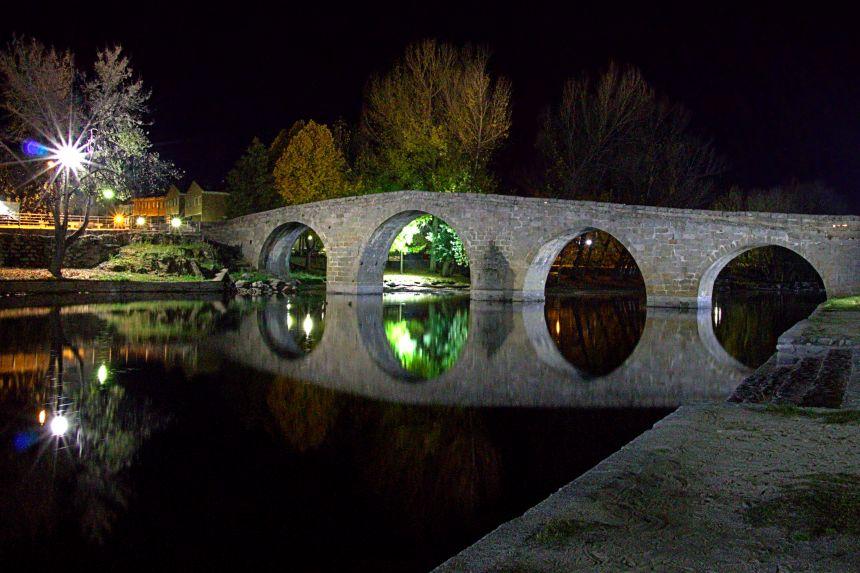 Puente románico de Navaluenga de noche