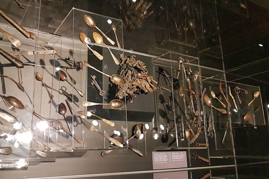 Cucharas fundidas. Exposición Auschwitz