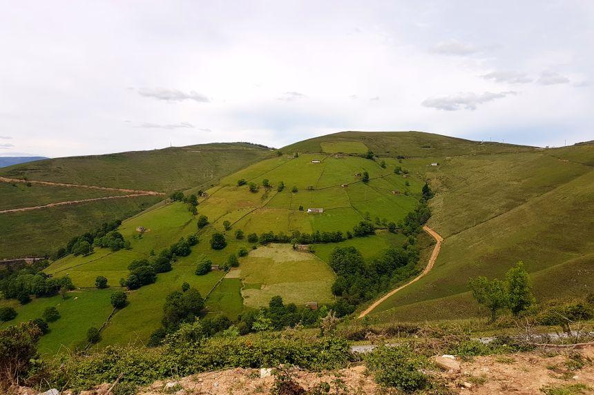 cabañas pasiegas en las laderas de los montes