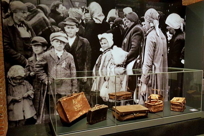 maletas en la Exposición Auschwitz