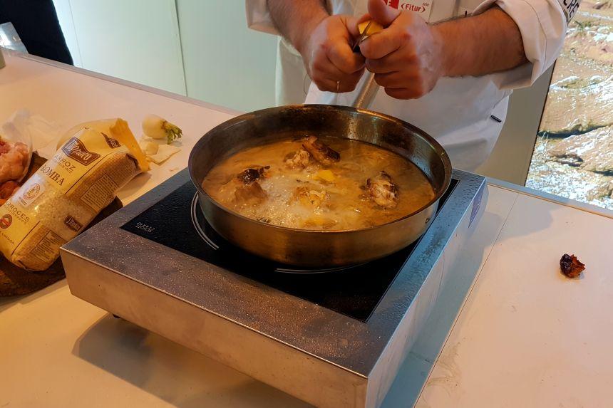 cocinando una paella con arroz bomba en FITUR 2018