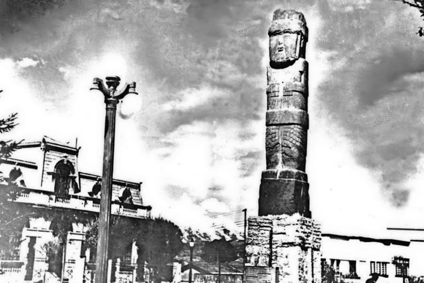 Monolito Bennett en su primera ubicación en La Paz