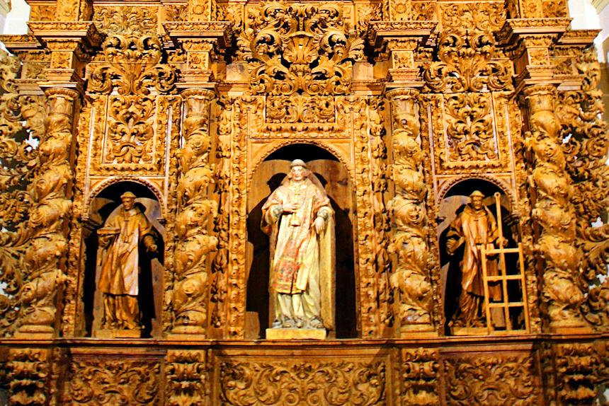 Uno de los retablos barrocos de la Colegiata de Bolea
