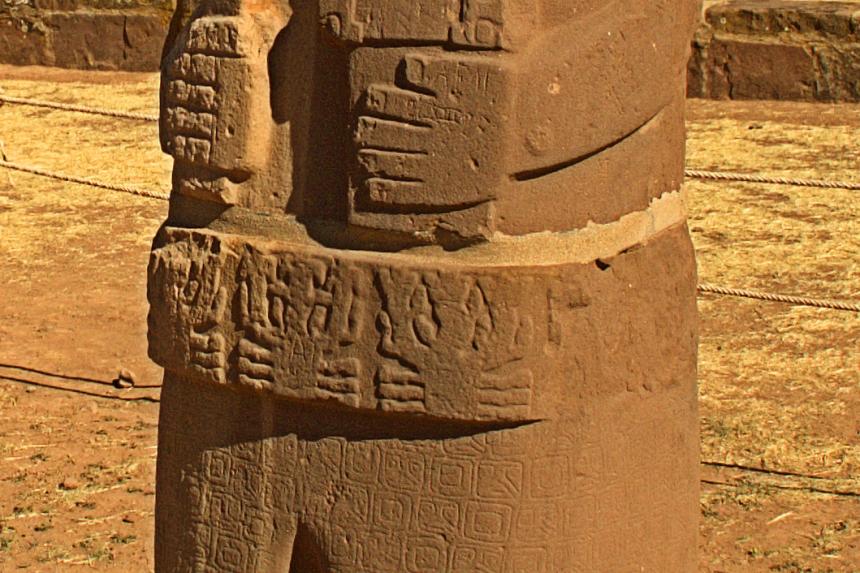 Detalle de la mano y el cinturón del Monolito Fraile