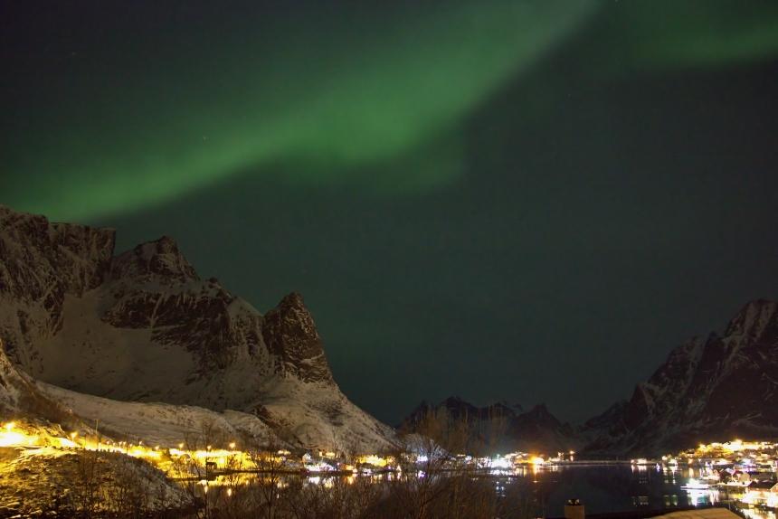 aurora boreal en Reine, islas Lofoten