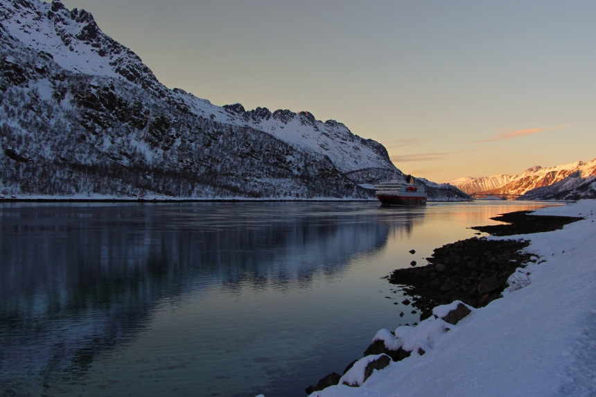 estrecho deRaftsundet y el Hurtigruten al atardecer