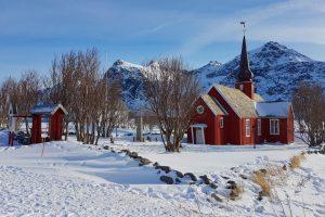 iglesia de madera de Flakstad en las islas Lofoten