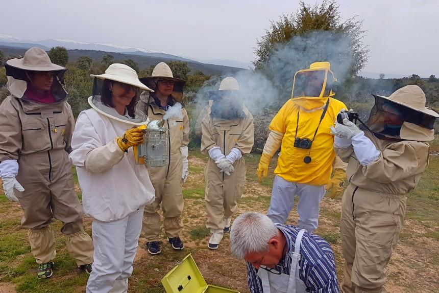apicultores con humero o ahumador
