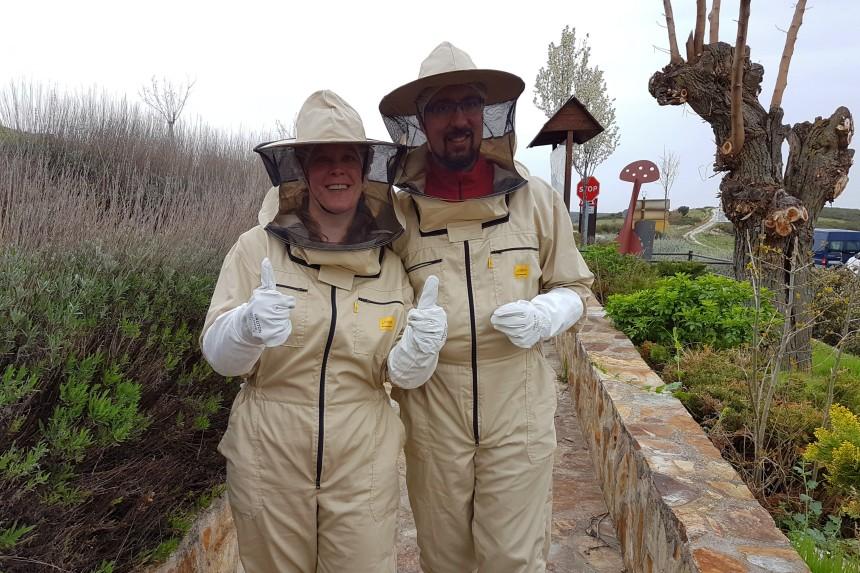 mapaymochila con traje de apicultor