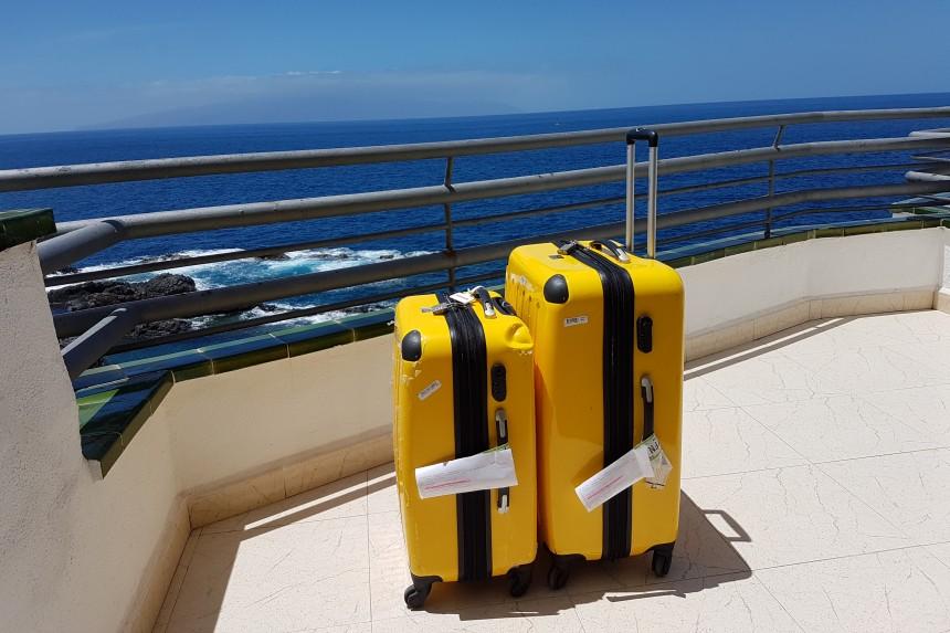 maletas mirando el mar