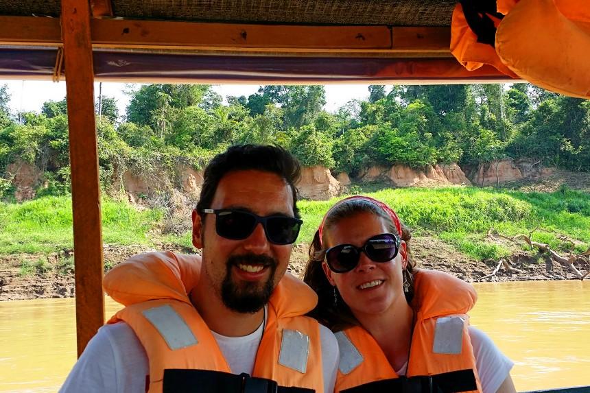 mapa y mochila en la selva peruana