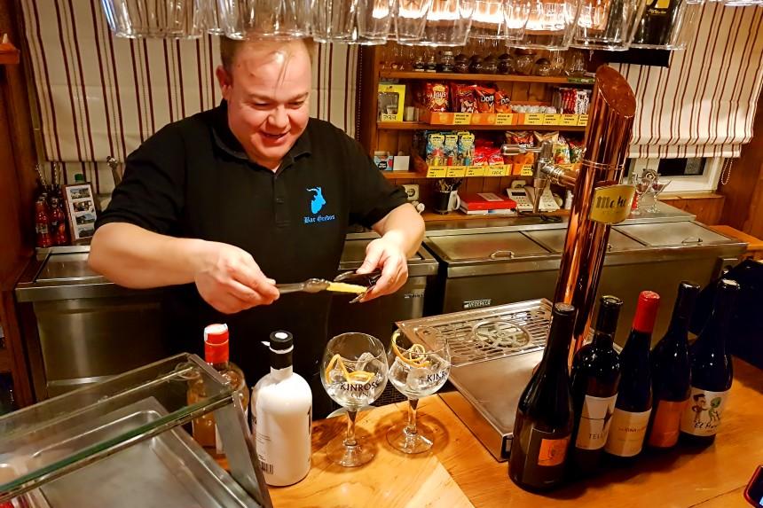 preparación de un gintonic en el Bar Gredos