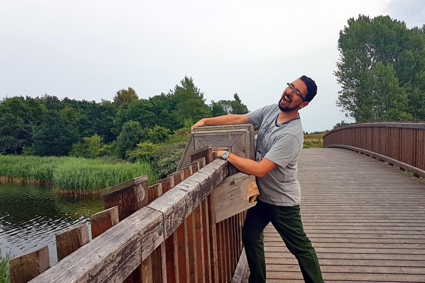 Gigantes Olvidados de Copenhague - Oscar agarrado al puente