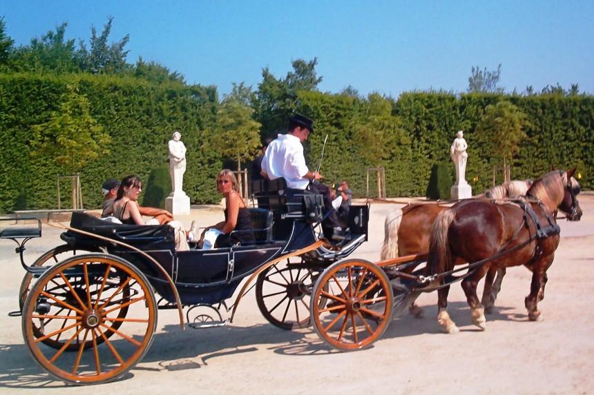 coches de caballos en los jardines de Versalles