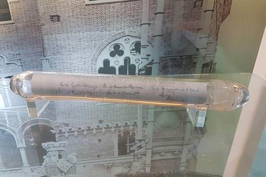 tubo de vidrio conmemorativo del acto de colocación de la primera piedra del Hospital de Sant Pau