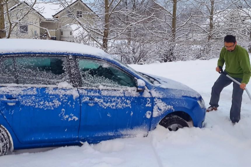 coche atrapado en la nieve en Noruega