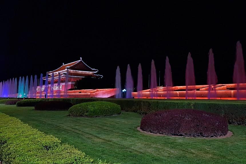 fuente de la Plaza Tiananmén de noche