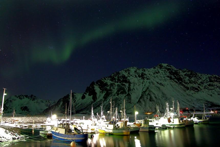 aurora boreal con contaminación lumínica