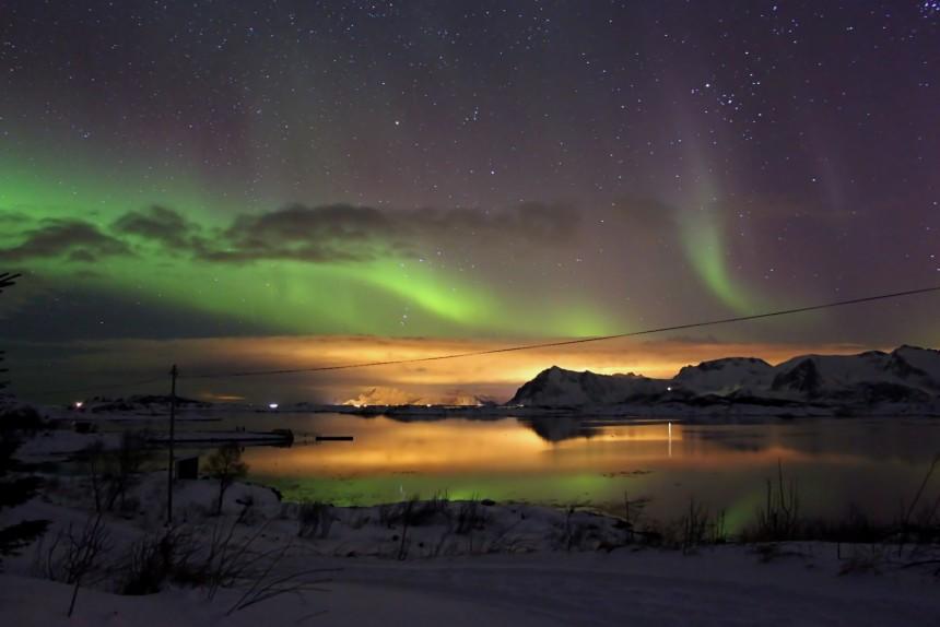 aurora boreal con luces de fondo