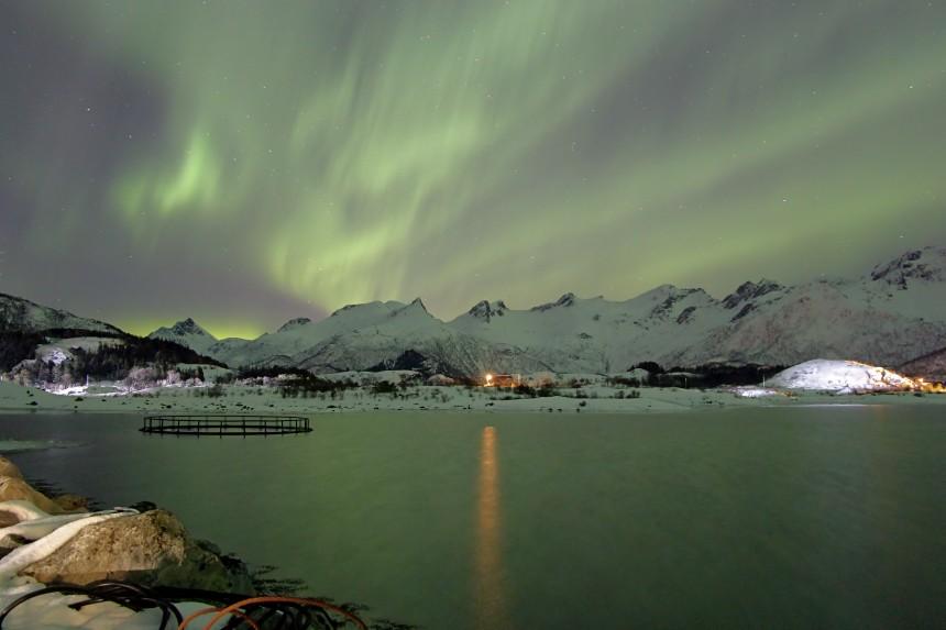 aurora boreal en criadero de salmón