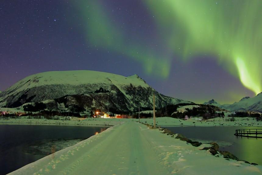 aurora boreal en un sitio nevado