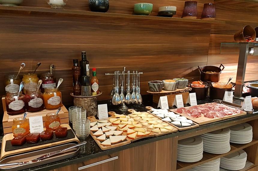 alojamiento en Tenerife norte - desayuno buffet del gran hotel La Laguna
