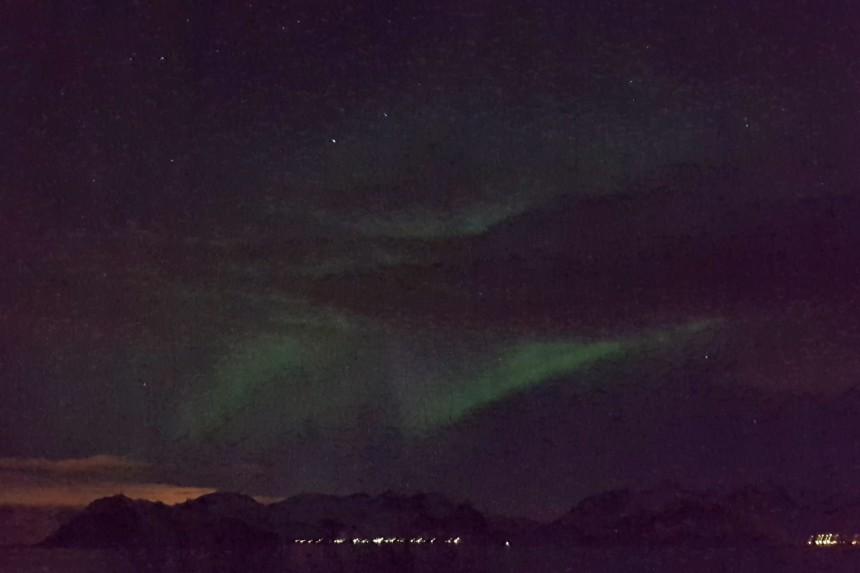 foto de aurora boreal con un móvil
