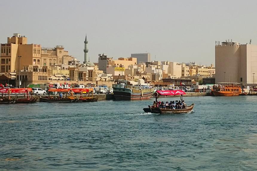 Abra cruzando Dubai Creek entre Deira y Bur Dubai