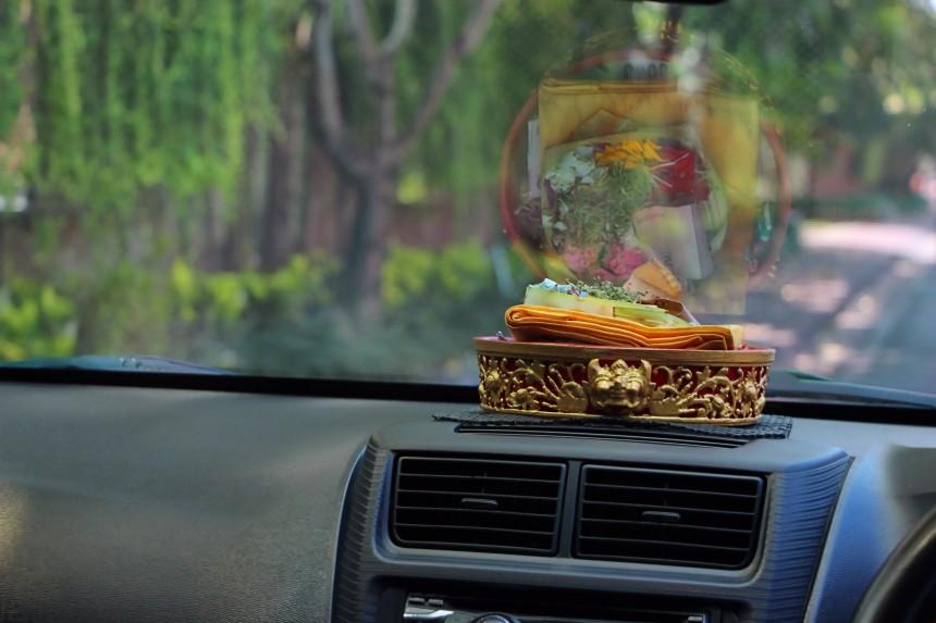 ofrenda hinduista en el salpicadero de un coche en Bali