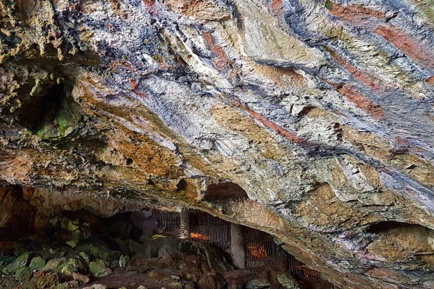 rocas de colores en la cueva de Valporquero