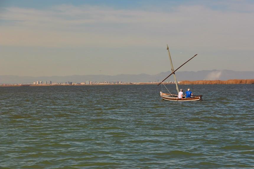 barca de vela latina en la Albufera de Valencia