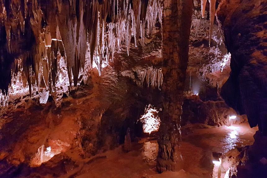 columna solitaria en la cueva de Valporquero
