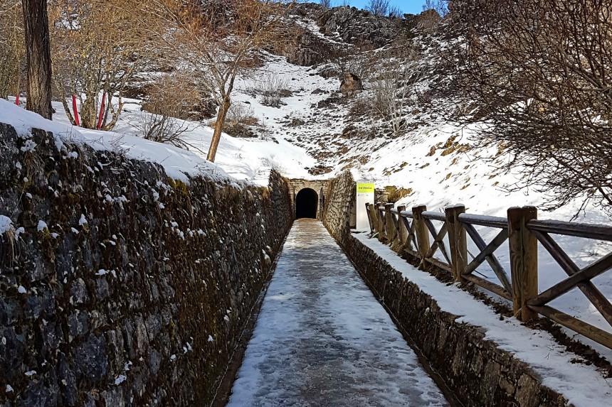 tunel de acceso a la cueva de Valporquero